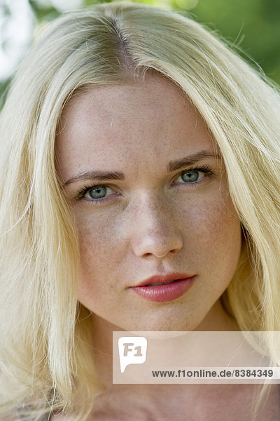 Junge Frau mit blonden Haaren
