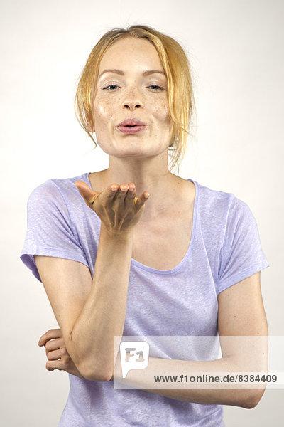 Junge Frau beim Küssen  Porträt