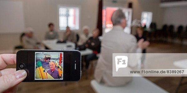 Außenaufnahme  zeigen  Mann  Fotografie  Island  freie Natur  Smartphone