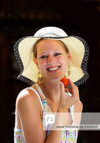 Prag  Hauptstadt  Portrait  Frau  lächeln  Tschechische Republik  Tschechien  Erdbeere  jung  essen  essend  isst
