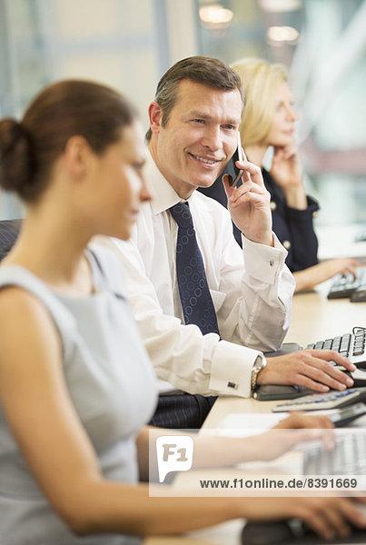 Geschäftsmann im Gespräch mit dem Mobiltelefon