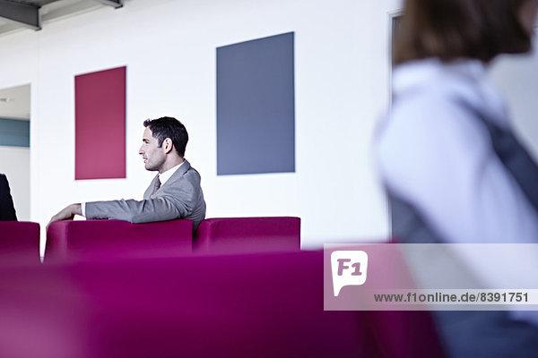 Geschäftsmann sitzend in der Lobby