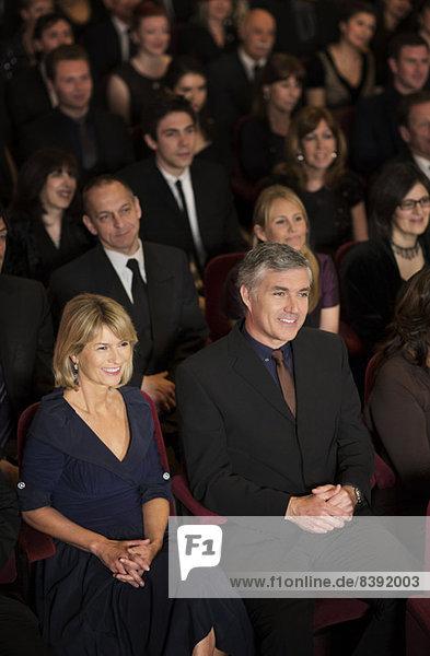 Lächelndes Publikum bei der Aufführung im Theater