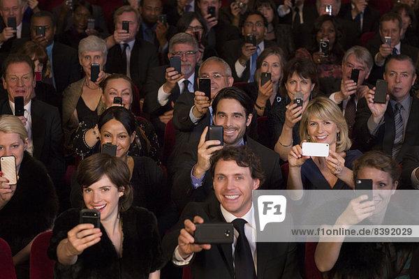 Theater-Publikum-Video-Performance mit Smartphones
