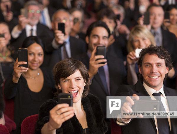 Enthusiastisches Theater-Publikum mit Smartphones
