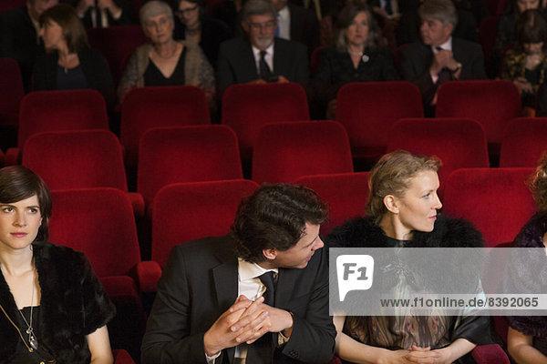Leere Sitze im Theaterpublikum