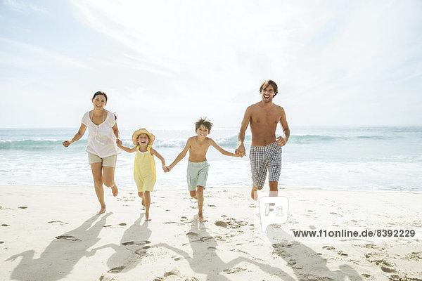 Familienlauf gemeinsam am Strand