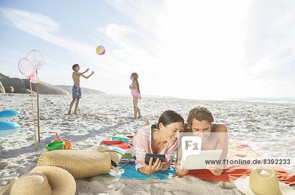 Familie entspannt gemeinsam am Strand