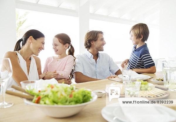 Familie beim gemeinsamen Essen am Tisch