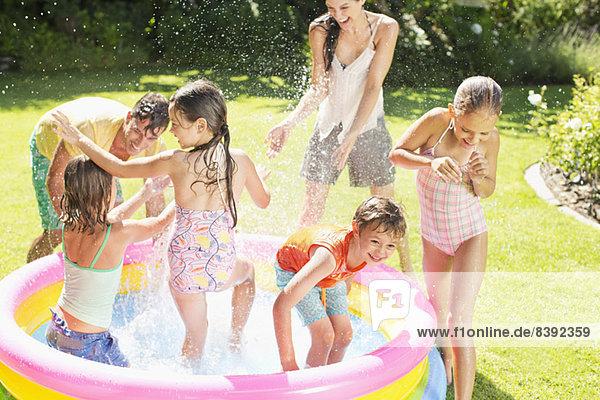 Familienspiel im Planschbecken im Hinterhof