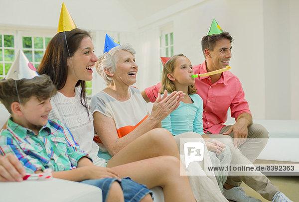 Familie feiert gemeinsam Geburtstag