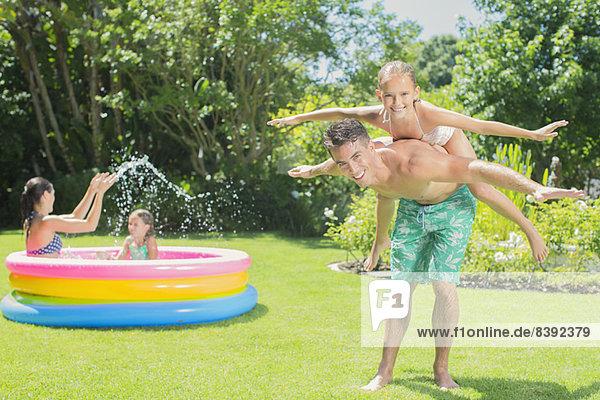 Vater und Tochter spielen im Hinterhof