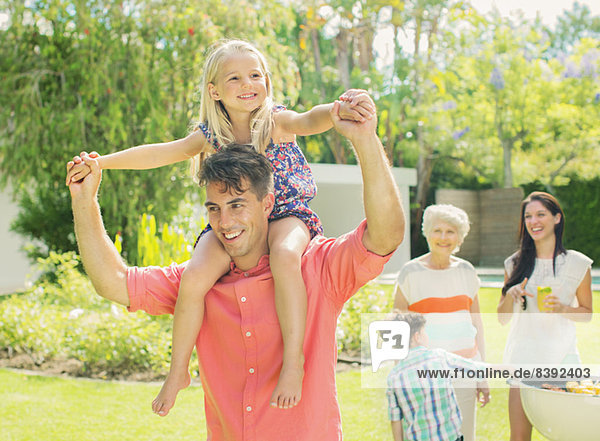 Vater trägt die Tochter auf den Schultern