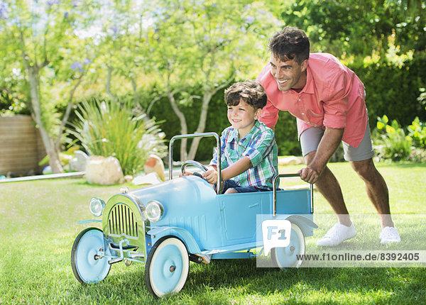 Vater und Sohn beim Spielen im Garten