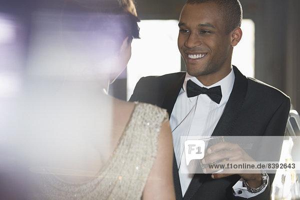 Nahaufnahme eines gut gekleideten Paares beim Reden