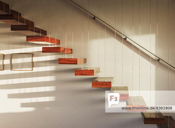 Schatten auf schwimmender Treppe im modernen Haus Schatten auf schwimmender Treppe im modernen Haus