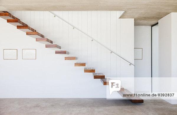 Schwimmende Treppe im modernen Haus