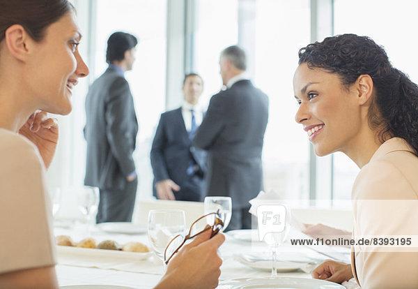 Geschäftsfrauen im Gespräch im Restaurant