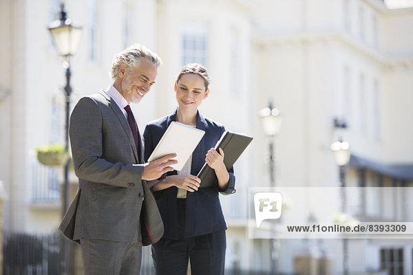 Geschäftsleute im Gespräch auf der Stadtstraße