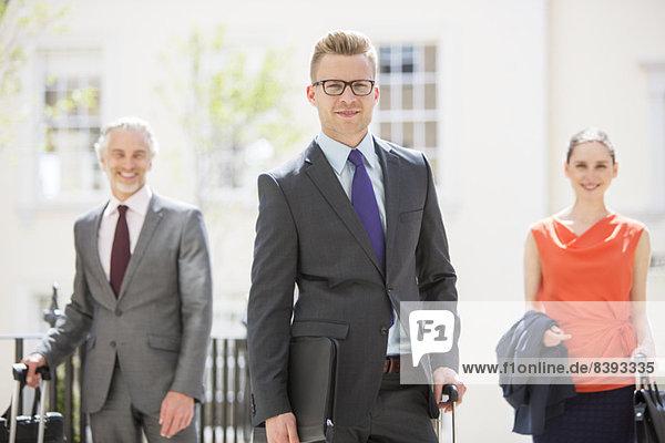 Geschäftsleute  die im Freien stehen