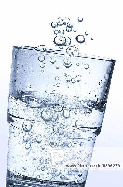 Ein Glas Wasser mit Kohlensäure