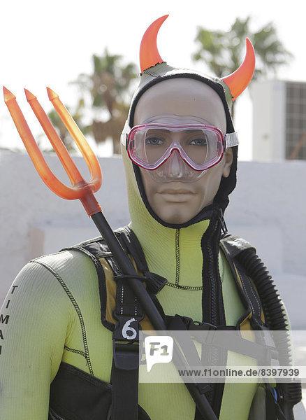 Schaufensterfigur mit Taucherausrüstung  Teufelshörnern und Dreizack als Werbung für eine Tauchschule  Puerto del Carmen  Lanzarote  Kanarische Inseln  Spanien