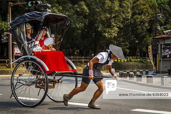 Rikscha mit Fahrgästen  Arashiyama  Kyoto  Japan