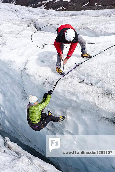 Bergsteiger auf dem Zufallferner Gletscher bei einer Spaltenbergung  Südtirol  Italien