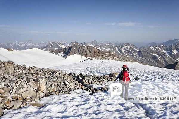 Bergsteiger auf dem Wilden Pfaff  hinten die Stubaier Alpen  Südtirol  Italien