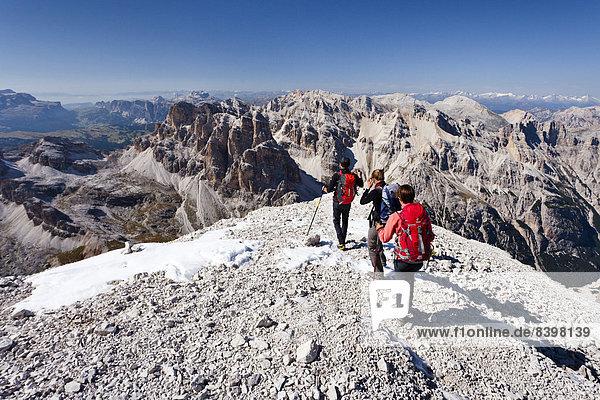 Bergsteiger beim Abstieg von der Tofana di Rozes  hinten der Sellastock und das Grödnerjoch  Dolomiten  Belluno  Italien