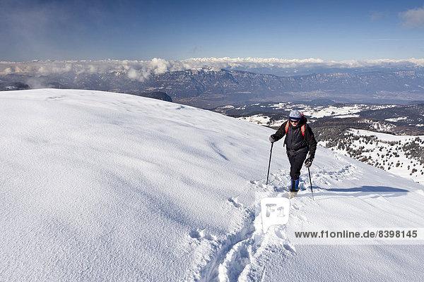 Winterwanderer beim Aufstieg auf das Schwarzhorn am Jochgrimm  Südtirol  Italien Winterwanderer beim Aufstieg auf das Schwarzhorn am Jochgrimm, Südtirol, Italien