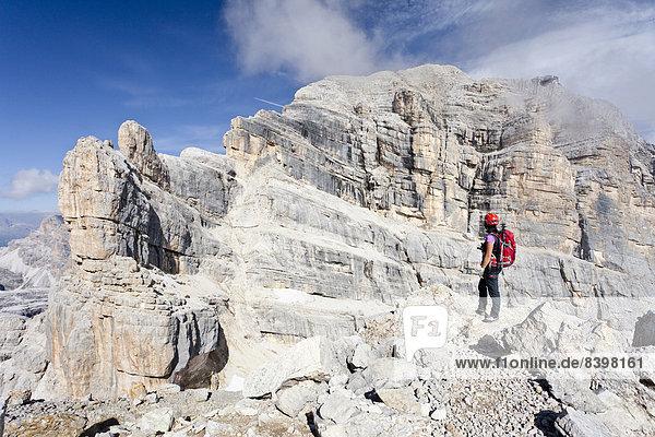 Bergsteiger auf der Punta Anna beim Aufstieg auf die Tofana di Mezzo auf der Via ferrata Giuseppe di Olivieri  Ampezzaner Dolomiten  Belluno  Italien