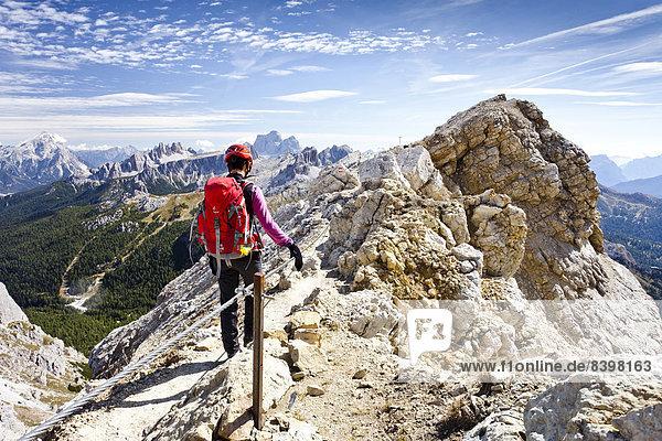 Bergsteiger beim Abstieg vom Lagazuoi in der Fanesgruppe  hinten der Pelmo  Dolomiten  Belluno  Italien