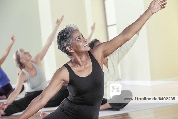 Frau  strecken  Yoga  alt