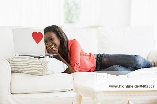 benutzen  Frau  Notebook  Couch  schwarz