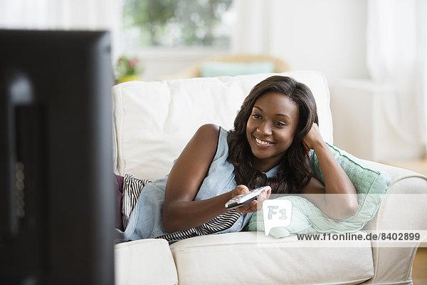 Frau  sehen  Couch  schwarz  Fernsehen