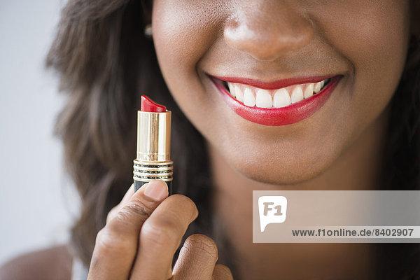 Frau  Lippenstift  halten  schwarz