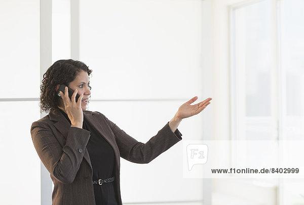 Hispanische geschäftsfrau Gespräch auf Handy