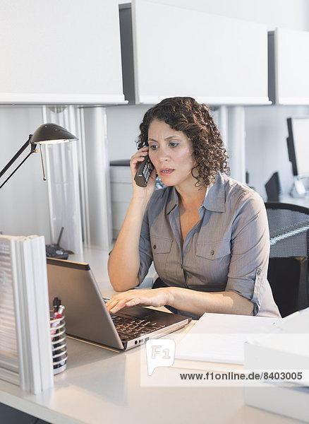 Geschäftsfrau  arbeiten  Hispanier  Büro