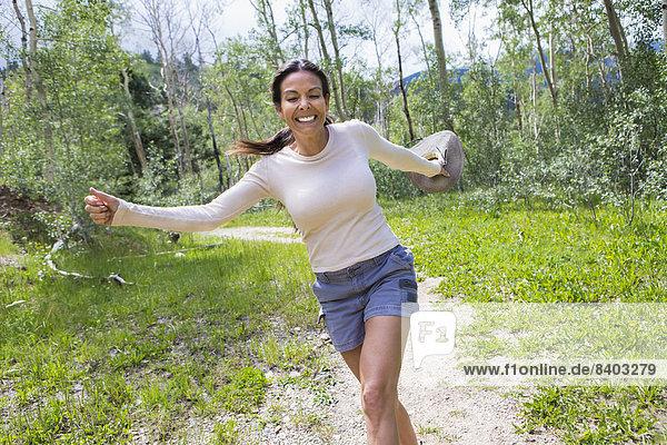 Frau  Hispanier  Wald  springen