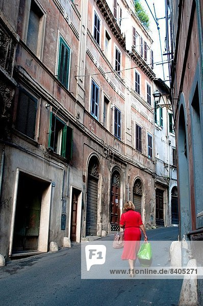 Frau gehen Tasche Straße grün rot Latium Kleid Italien Tivoli