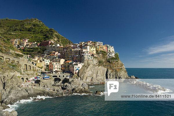 Dorf mit bunten Häusern am Meer  Manarola  Cinque Terre  UNESCO-Weltkulturerbe  Provinz La Spezia  Ligurien  Italien