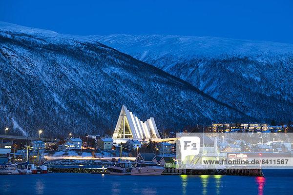 Stadtansicht mit der Eismeerkathedrale  Architekt Jan Inge Hovig  Tromsø  Troms  Norwegen