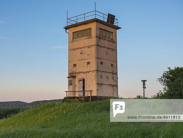 Alter Grenzturm auf Hügel  Abendlicht  heute Aussichtsturm und Museum  ehemalige Grenze Thüringen-Bayern  Hermannsfeld  Thüringen  Deutschland