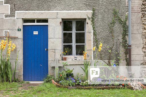 Blaue Haustür und Holzfenster eines alten Bauernhauses im Sommer  Anzême  Département Creuse  Limousin  Frankreich