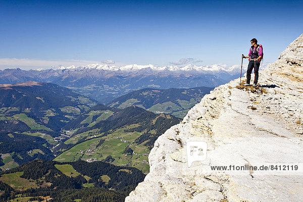 Bergsteiger auf der Kreuzkofelscharte beim Aufstieg über den Heiligkreuzkofelsteig auf den Heiligkreuzkofel in der Fanesgruppe im Naturpark Fanes-Sennes-Prags,  unten das Gadertal,  Dolomiten,  Südtirol,  Italien