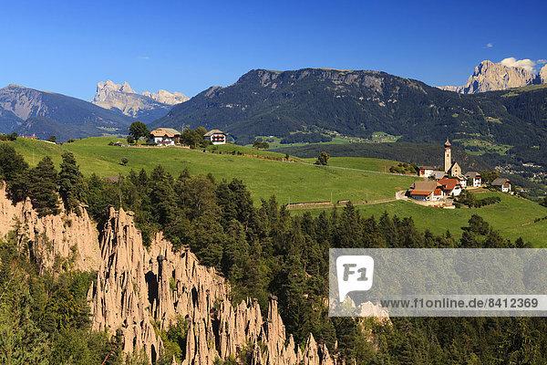 Mittelberg am Ritten mit den Erdpyramiden von Lengmoos  Bozen  Südtirol  Italien