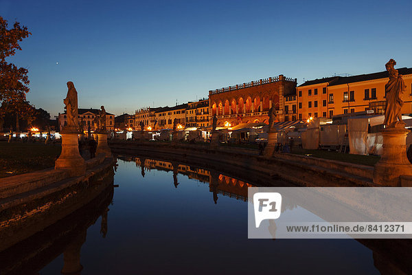 Marktplatz in der Dämmerung  Padua  Italien