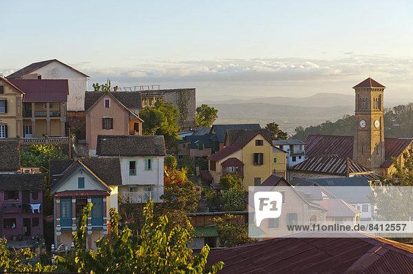 Ausblick vom Rova auf die Oberstadt mit Kirche  bunte Häuser der Altstadt  Antananarivo  Region Analamanga  Madagaskar