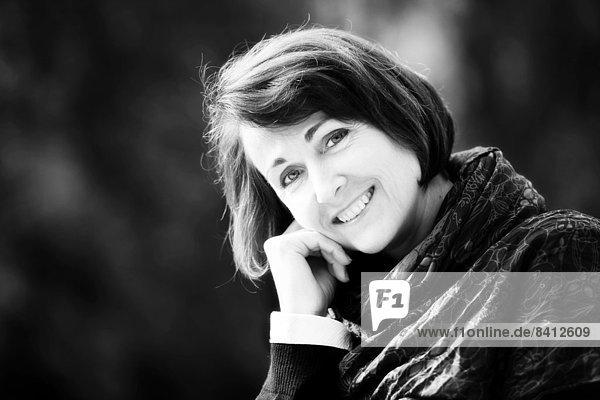 Lächelnde Frau im Freien  Portrait Lächelnde Frau im Freien, Portrait